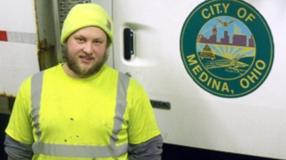 Kind Sanitation Worker Returns Lost Gift for Woman on His Route