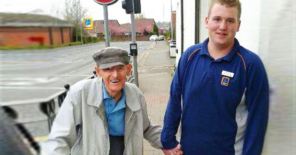 18-Year-Old Dropped Everything And Left The Grocery Store To Help A 95-Year-Old Stranger.