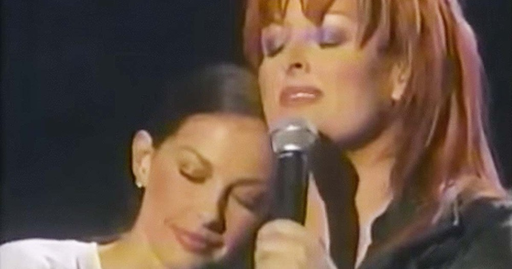 Country Star Is Singing To Her Sister And It's Truly Moving