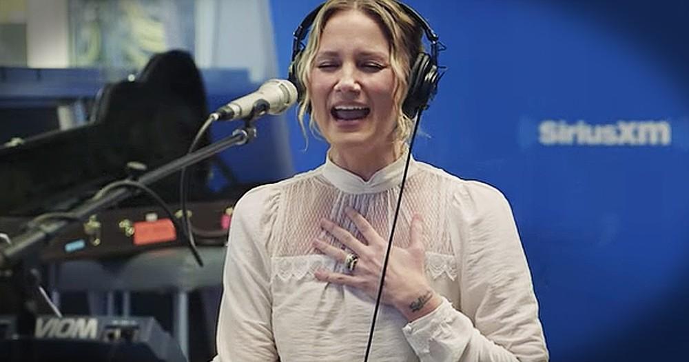 Jennifer Nettles Sings Chilling Christmas Mashup Of 'O Holy Night' And 'Hallelujah'