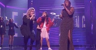Kelly Clarkson Performs Empowering Hit Song With Competition Finalists