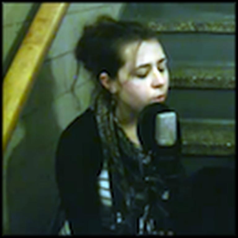 Girl Sings an Absolutely Beautiful Version of Hallelujah