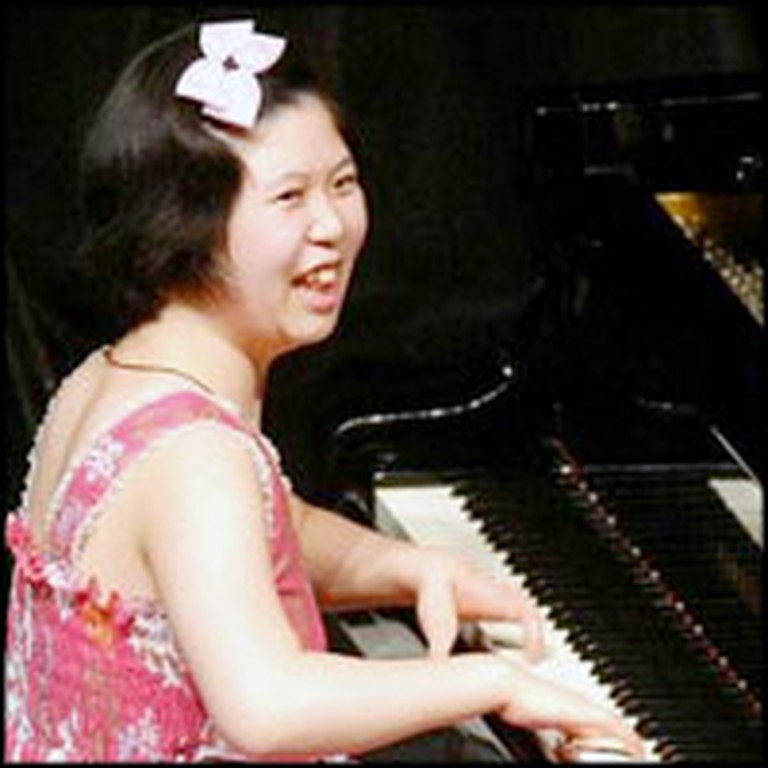 Girl with 4 Fingers Miraculously Overcomes Disability to Become Concert Pianist