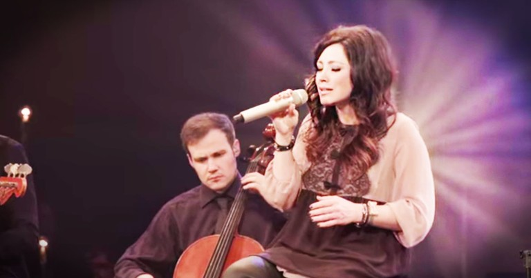 Kari Jobe Powerfully Sings 'I Am Not Alone'