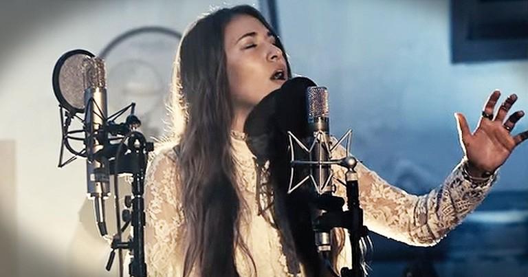 Chris Tomlin And Lauren Daigle Sing Christmas Song, 'Noel'