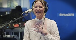 Jennifer Nettles Sings Chilling Christmas Mashup Of 'O Holy Night' And 'Hallelujah'