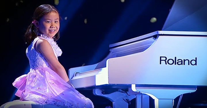 5-Year-Old Piano Prodigy Cannot Stop Smiling When She Plays